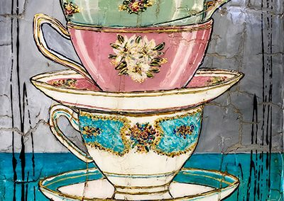 Trois tasses de thé anciennes empilées l'une sur l'autre