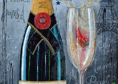 Bouteille de Moët et Chandon avec flûte de champagne avec tour Eiffel en fond