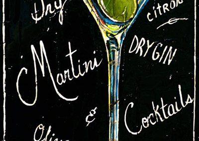 Verre à Martini avec l'éclaboussure d'une olive verte